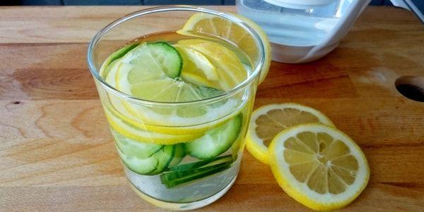Detoxvatten på citron, gurka, ingefära, gurkmeja, svartpeppar