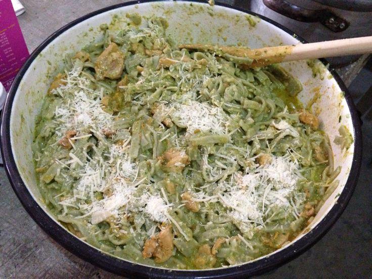 Spaguetti verde con salsa verde y pollo