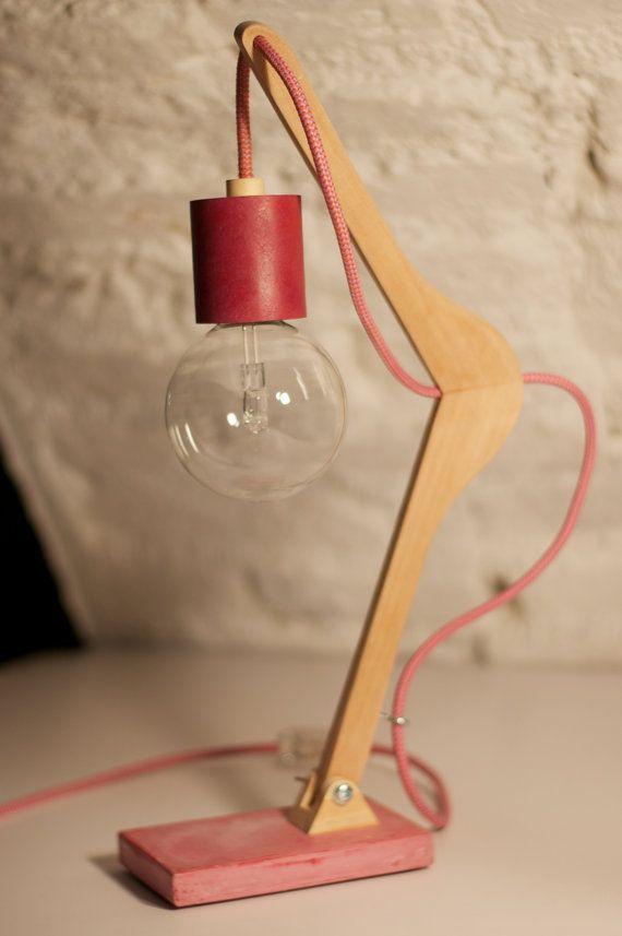 Lampada realizzata riutilizzando una gruccia in legno. La base é in cemento…