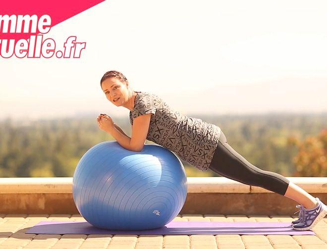 Suivez ses exercices, effectués avec un swissball, pour travailler vos abdos. A répéter tous les jours pour vous faire un ventre plat pour l'été.