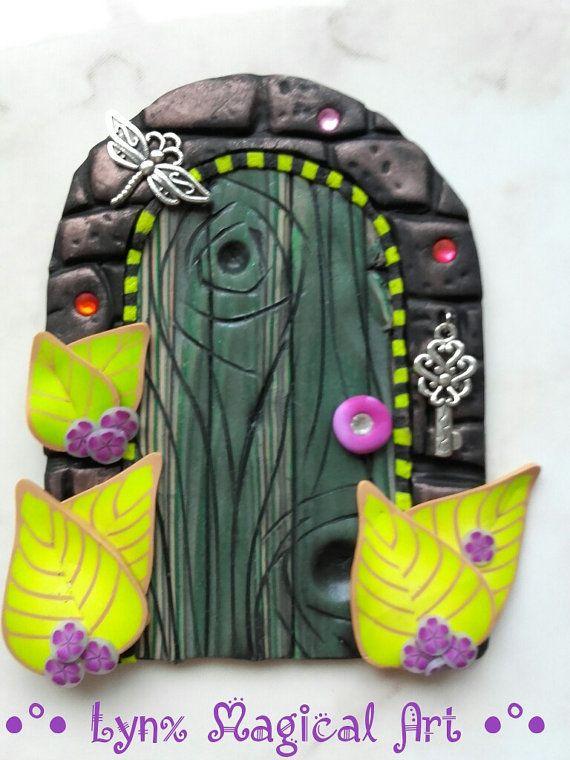 Puerta de hadas, puerta magica de fantasía. Fairy door, magic door of fantasy. Handmade in polymer clay. Hecho a mano en arcilla polimérica. He encontrado este interesante anuncio de Etsy en https://www.etsy.com/es/listing/494858575/puerta-de-hadas-en-tonos-morados-con