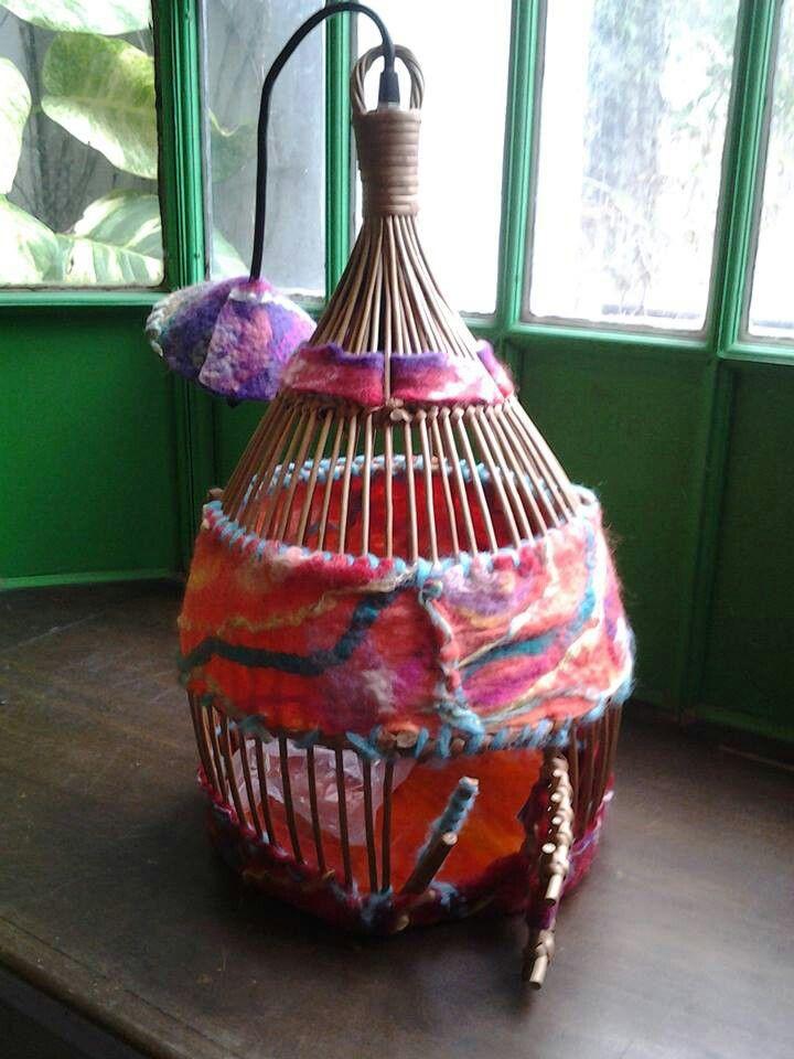 Lámpara jaula de mimbre intervenida con fieltro artesanal,  lista para instalar,  con porta lámpara y cable incluidos.