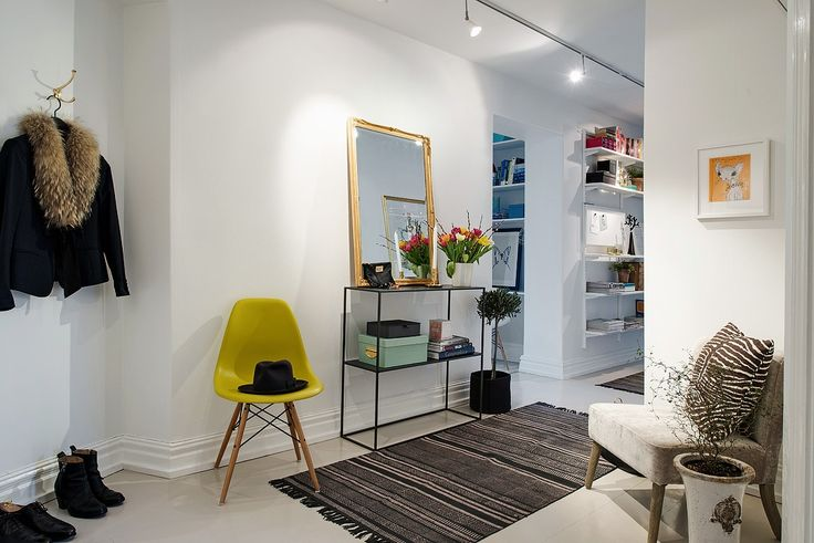 Hallen har en härlig rymd med plats för möbler...