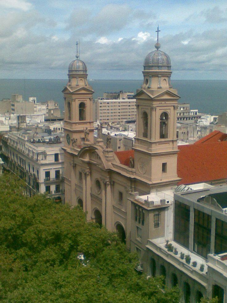 Catedral de Montevideo de estilo neoclásico, en la ciudad vieja, con el Río de la Plata al fondo.
