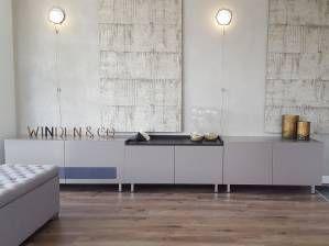 Dit dressoir bestaat uit drie delen en is gemaakt van MDF. Het MDF is in een zijdeglans RAL kleur gespoten. De deuren zijn voorzien van speakerstof, zodat er muziek afgespeeld kan worden zonder de deuren open te laten staan. Boven het meubel hangen bijpassende MDF panelen, welke door de klant met behang zijn bekleed.