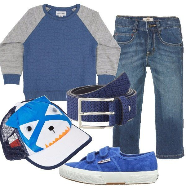 Jeans modello a sigaretta, abbinati ad una felpa a manica lunga, bicolore, girocollo e ad una cintura blu in pelle con fibbia. Ho scelto una paio di Superga classiche in tela, con chiusura a strappo ed un berretto con visiera e chiusura regolabile.