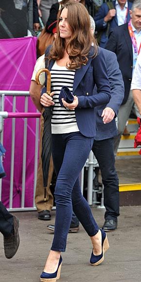 KATE MIDDLETON    La duquesa de Cambridge está imparable en los Juegos Olímpicos de Londres, apoyando a los atletas británicos. Para asistir a una competencia ecuestre, Kate apostó por un look náutico con unos jeans entubados de J Brand, un suéter con estampado a rayas, un blazer azul marino de la marca Smythe y zapatos Stuart Weitzman en azul con tacones de corcho.