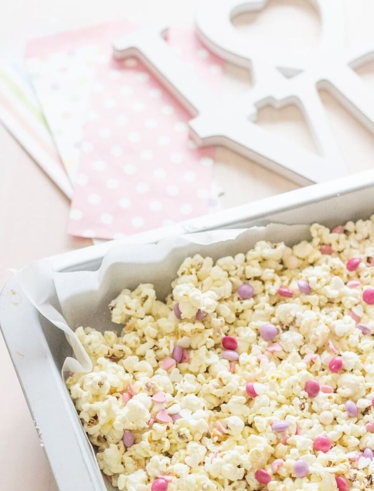 A super easy Valentines Day Gift! Valentines Popcorn made with salted popcorn, melted white chocolate, mini Smarties (M&M´s will do just fine too!) and edible heart confetti | http://FlavoursandFrosting.com