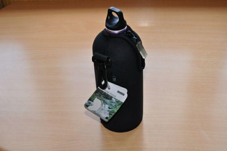 Неопреновый чехол Sigg Особенности: - износостойкий - 100% неопрен - обеспечивает превосходную изоляцию - водоотталкивающие покрытие  - термоизоляция на протяжении 3-5 часов  - удобный ремень Velcro и зажим(клип) для легкости переноса фляги
