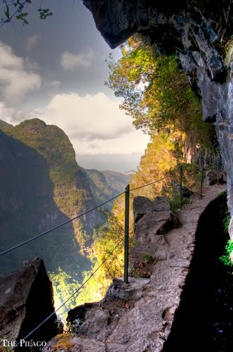 Walking on the edge, Madeira , Levada do Caldeirão Verde #Portugal