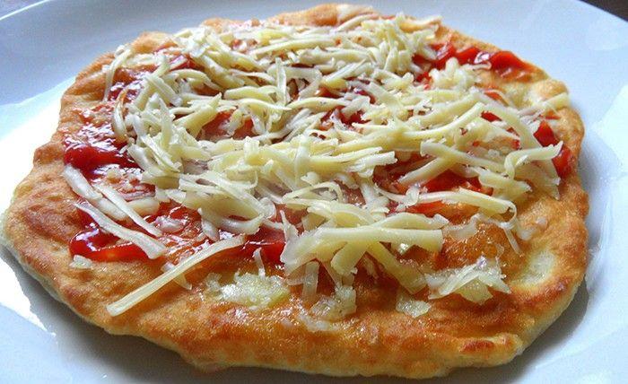 Není nad smažené langoše. Tatarská omáčka, kečup, česnek, strouhaný sýr a super jídlo je na světě. Těsto se připravuje z jogurtu, je vláčné a nadýchané. Mňam!