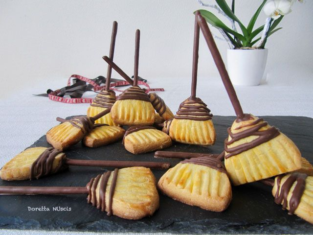 E tu… sei pronta? Ho visto questi biscotti a forma di scopa nella rivista più dolci e me ne sono innamorata, ma ho avuto subito problemi con i bastoncini. Dopo varie prove ho risolto. Nella r…