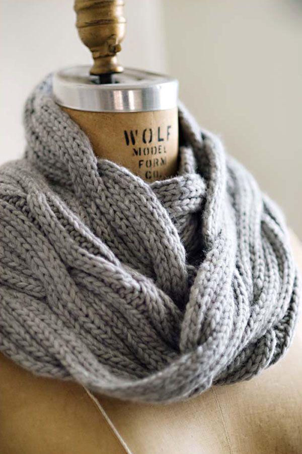 Вязаные шарфы – любимые аксессуары стильных девушек. Стоит одеть на шею шарф, платок или палантин и образ просто преображается!