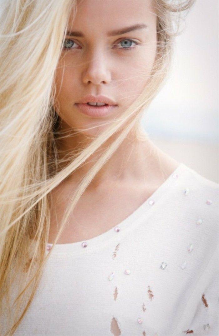 color-de-pelo-de-moda-mujer-ojos-azules-cabello-rubio