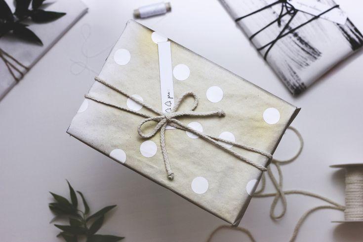 Pripravení na TO?  Dúfam, že ešte nie tak úplne. ;)  Pripravila som pre vás 5 jednoduchých tipov na balenie darčekov. Všetky sú postavené na základnom materiáli, ktorým je biely baliaci...