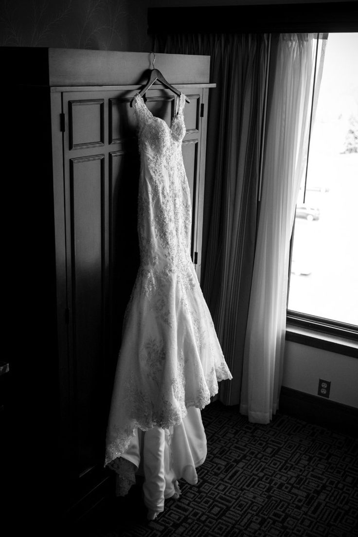 Upscale Plymouth Wedding at The Inn at St. John's, MI  Beautiful, fitted mermaid bridal gown!   Photographer: Green Holly Photography