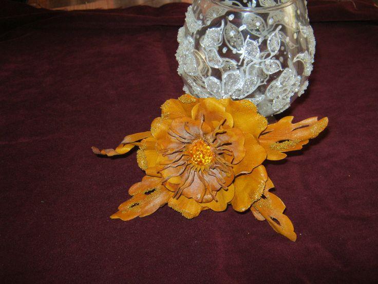 Брошка-цветок из кожи