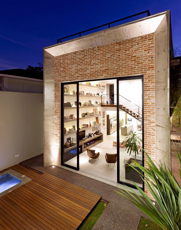 Uma casa totalmente urbana. Veja http://www.casadevalentina.com.br/projetos/detalhes/casa-urbana-558  #details #interior #design #decoracao #detalhes #decor #home #casa #design #idea #ideia #charm #urbano #urban #charme #casadevalentina #balcony #varanda