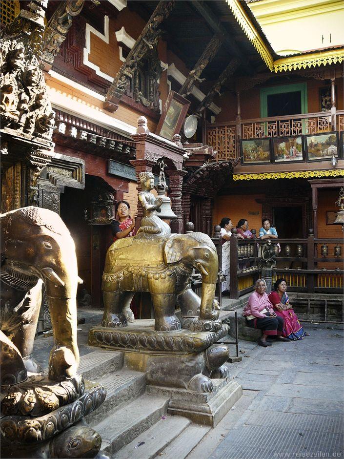 #Nepal #Kathmandu - Kwa Banal, der Eingang zum Goldenen Tempel in Patan.