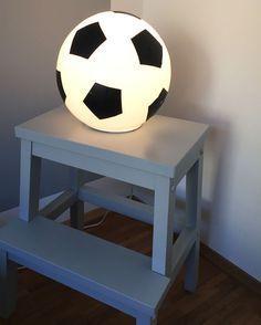 Dieser IKEA HACK mit der IKEA Fado Lampe ist ein echter Hingucker im Fußballzimmer / Kinderzimmer / Fußball Mottozimmer! Dieser IKEA Hack ist dazu auch günstig und die Fußball Lampe kann jederzeit wieder abgeschmackt und neu gestaltet werden. Achtung: Nur dagegen treten ist keine gute Idee. Die Fußball Lampe sollte einen Platz auf dem Regal bekommen // soccer IKEA Hack lamp www.limmaland.com