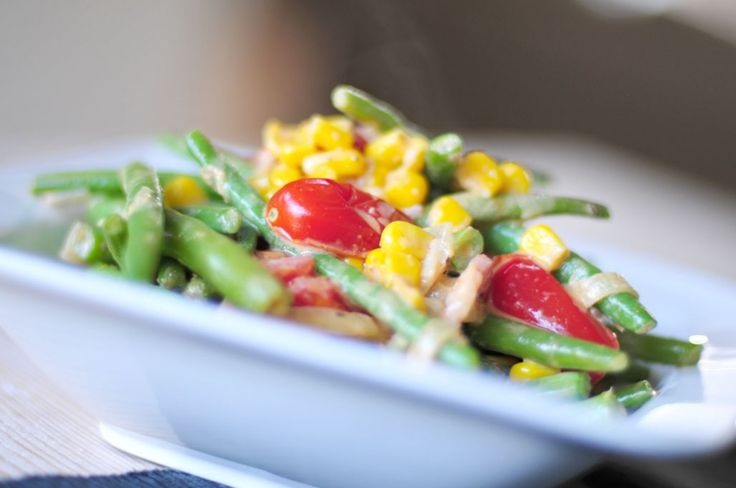 We hebben een gezond recept met sperziebonen bedacht. Dit gezonde recept met sperziebonen bevat ongelofelijk veel smaak door de currypasta, tomaten, mais en spekjes