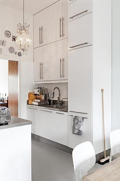 Handig om handdoek zo op te hangen.  Door de keukenkastjes tot het plafond te plaatsen, creëer je extra opbergruimte die in een kleine keuken broodnodig is.