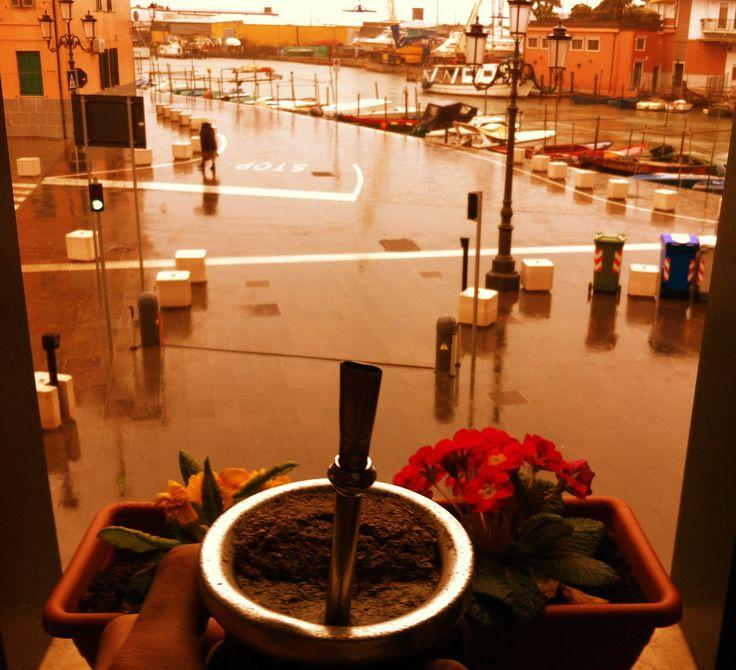Mate argentino en atardecer con lluvia - Chioggia - Venecia - Italia