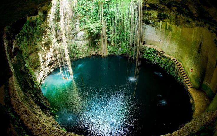 川の無いこの地で遥か昔マヤ文明の繁栄を支えたのがこの水源。 無数の命を支えたこの水は当然神聖な物として扱われた。 その中の幾つかの洞窟の水底からは生け贄の人骨や装飾品が見つかったという。 古代マヤ人が知っていたかどうかは解らないが、これらの無数の洞窟は地下で100Km以上に渡って繋がり、そのまま海まで伸びているという。
