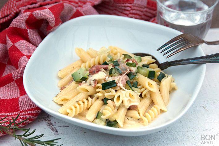 Snelle pasta carbonara met courgette, lekker, simpel en heel snel gemaakt. Uitstekend voor drukke dagen! Ook eens maken? Lees verder op BonApetit!