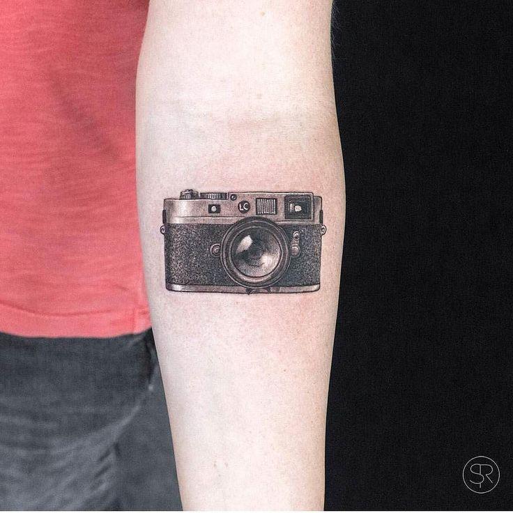 тату фотоаппарат на ноге у косточки
