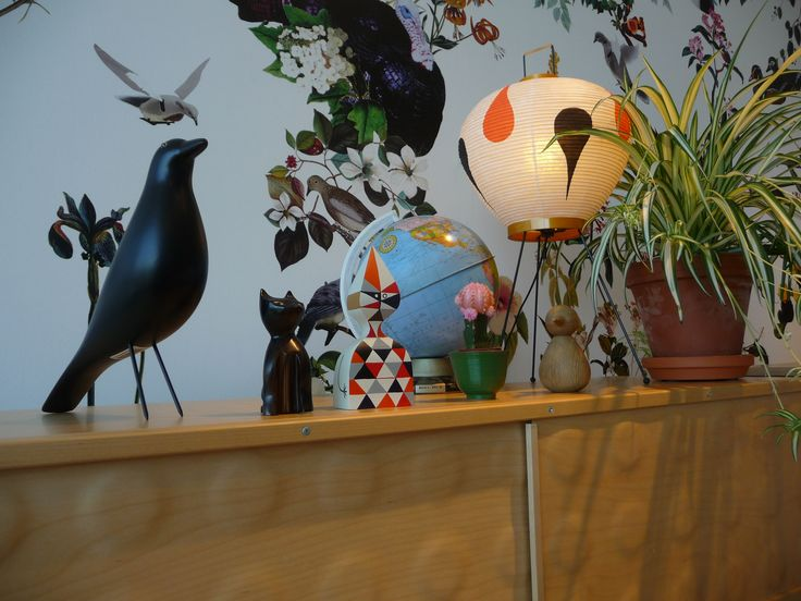 Accessoires u.a. Wooden Doll von Alexander Girard, 1953; Eames House Bird und Akari 3AD von Isamu Noguchi, 1951 Vitra
