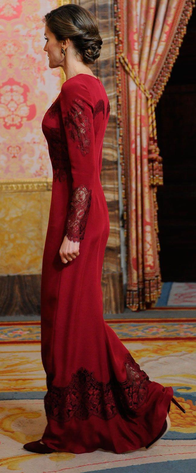 La Reina ha vestido un traje largo en color rojo sangre con encajes en las mangas, laterales y un detalle en el pecho estilo rosetón de catedral de Felipe Varela, 26.01.2017