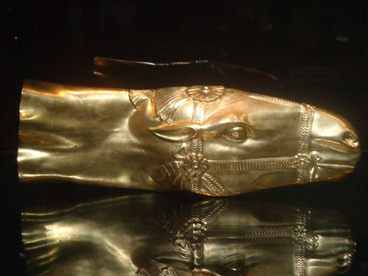 Goldenes Rhyton in Form eines Pferdekopfes und eine Schale mit einer aus drei Löwen geformten Triskele, beides sassanidisch, 5. - 6 Jahrhundert. timediver® - Islamische Republik Iran - Teheran - Nationalmuseum