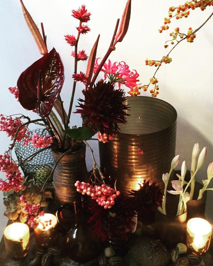 Herfst! Heb jij het al leuk in huis gemaakt? #herfst #kaarsen #vazen #colchicum #cyclaam #retro #vintage vazen #bloemen #bromelia #dahlia #bessen #celastrus #bloemist #flowers #florist #flowerstagram #floweroftheday #bloemenbestellen #amsterdam #meesterinbloemen #allesistekoop!