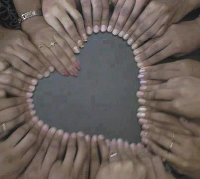 Hart van handen, lichte nagels.