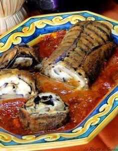 Ricetta per preparare un rotolo croccante di melanzane e mozzarella filante. Un antipasto o un secondo piatto vegetariano a base di melanzane.