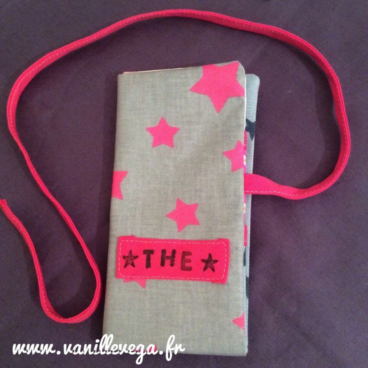 La pochette à thé nomade est une création de l'atelier Vanille et Vega. Elle peut contenir jusqu'à 12 sachets de thé à emmener partout dans son sac à main