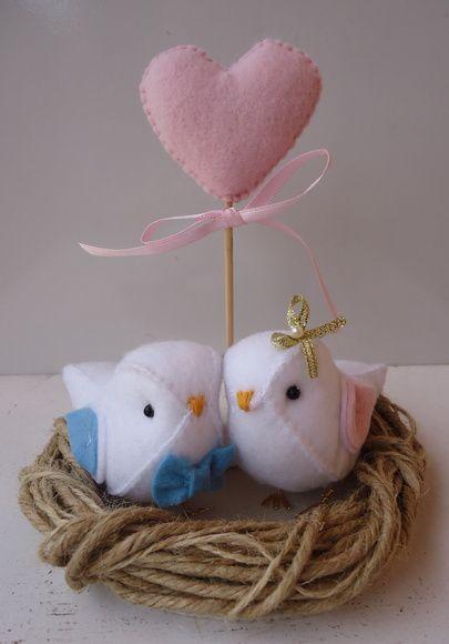 topo de bolo de passarinhos de noivinhos o noivinho de gravatinha e a noivinha de flor , véu ou laço palitinho com um coração de feltro R$ 95,00.