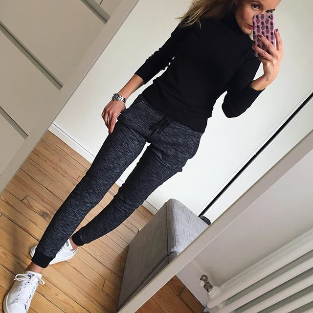 Comfy Sunday ✔️ Je vous souhaite un bon dimanche 😘 #ootd#dailylook#comfylook#sundaylook#comfystyle#joggingpants#instalook#fashionstyle#wiwt#picoftheday pull#uniqlo jogging#bershka baskets#adidas#stansmith