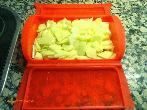 La idea de hacer la tortilla de patatas en el estuche Lékué, surgió un día pensando en como aligerar la receta. Pensé que cociendo la...