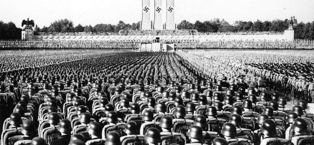 Alrededor de cien mil soldados nazis escuchan a Adolf Hitler en un congreso del Partido Nazi celebrado en Nuremberg.