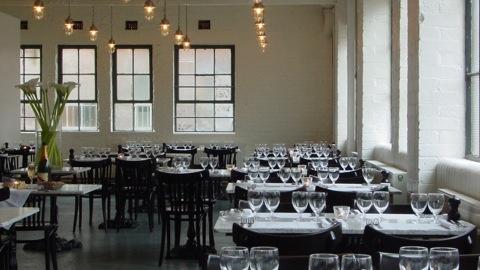 Bistrotheque, restaurante/pub - difícil de achar, fácil de apaixonar. Comida deliciosa no segundo andar de um galpão em Bethnal Green. E um agitado pub meio cabaret no térreo. > 23 Wadeson St.