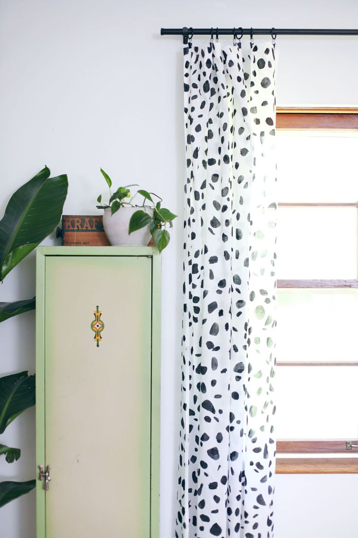 Give a pair of curtains the spotty treatment! Click through for tips + instructions.