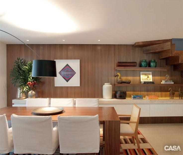 Mesa do Arquivo Contemporâneo. As cadeiras com capa são da Novo Ambiente, e a de madeira e palhinha, da Interni. Pendente da Lumini.