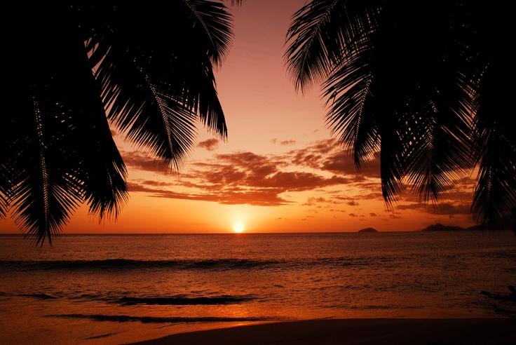 #Coucher de #soleil sur l'île de la #Digue. Un paysage merveilleux à contempler sans modération. http://vp.etr.im/f79a