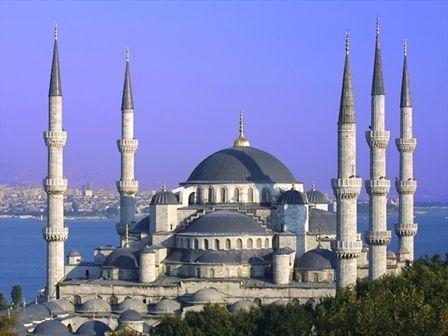 De Blauwe Moskee Istanbul begin 17e eeuw In de Islam kunst ontbreekt het afbeelden van mensen en dieren. Veel ornamenten, kalligrafie en plant motieven aanwezig. De kleur blauw staat symbool voor de hemel en het goddelijke. Deze moskee heeft zes minaretten, een centrale koepel. In het interieur zijn veelvuldig tegels toegepast met blauwe motieven.
