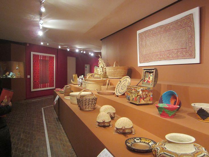 la mayoria de las artesanias son de hoja de palma y son de paises como colombia, peru, brasil, mexico.
