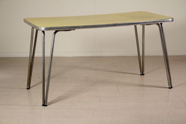 Tavolo; legno ricoperto in formica, metallo cromato. Discrete condizioni, presenta alcuni segni di usura.