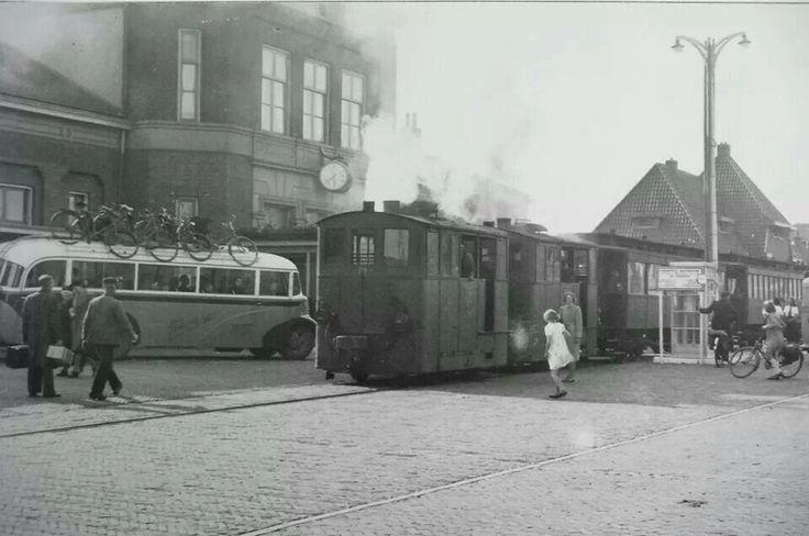 Tram en bus bij station.