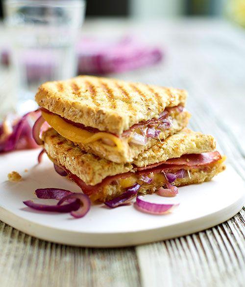 Een overheerlijke croques met pastrami, rode uien en passendale, die maak je met dit recept. Smakelijk!